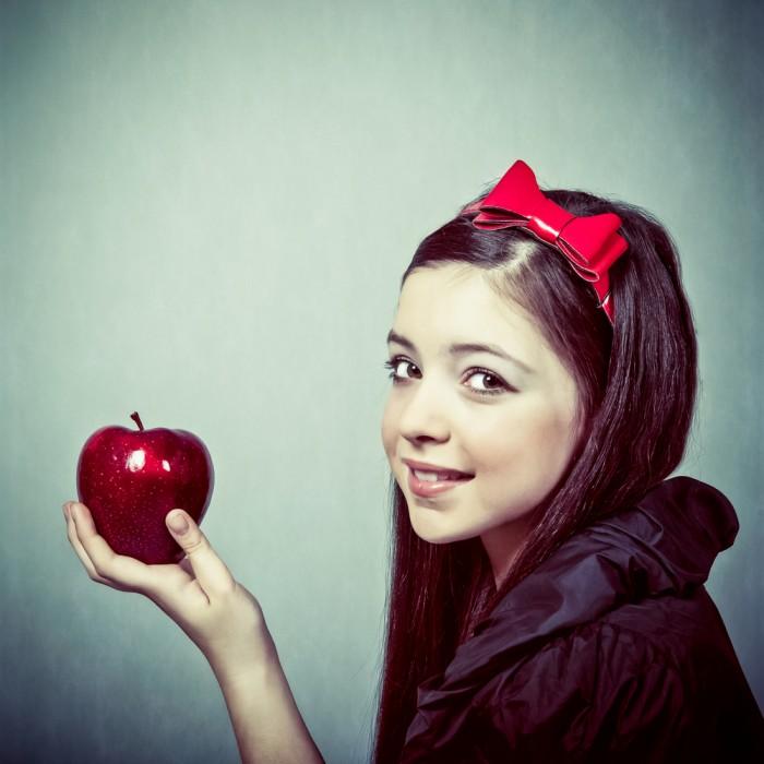 shutterstock 98044904 700x700 Девочка с яблоком   Girl with apple