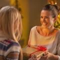 Счастливые девушки с подарком - Happy girl with a gift