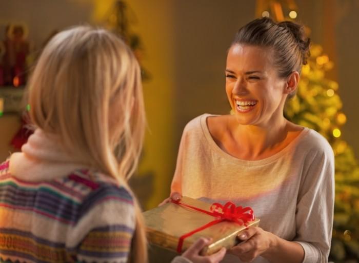 Dollarphotoclub 58995540 700x513 Счастливые девушки с подарком   Happy girl with a gift