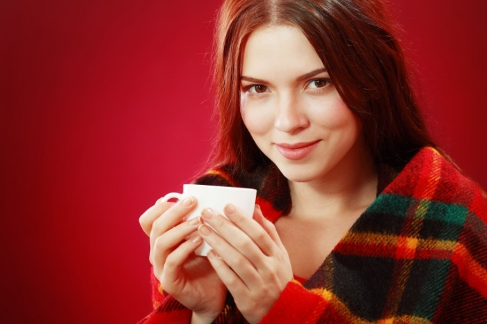 Dollarphotoclub 59794588 700x466 Девушка в пледе с чашкой   Girl in a plaid with a cup