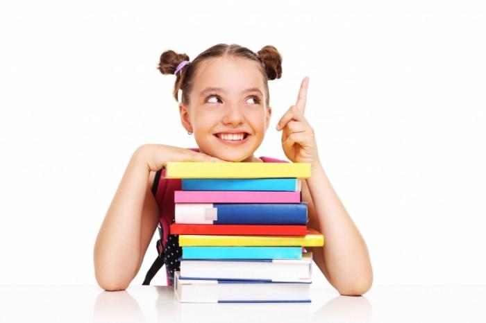 Dollarphotoclub 68958461 700x466 Девочка за книгами   Girl behind books
