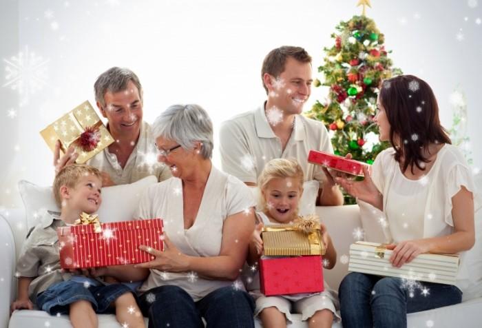 Dollarphotoclub 70720148 700x476 Счастливая семья с подарками   Happy family with gifts