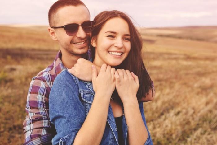 Dollarphotoclub 74521833 700x466 Счастливая пара в поле   Happy couple in the field