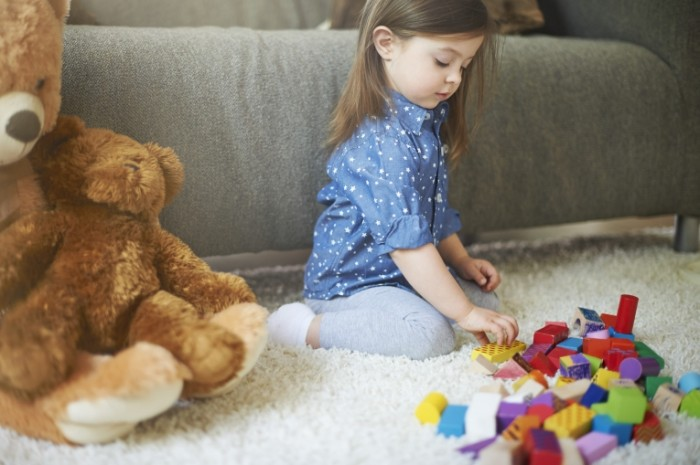 Dollarphotoclub 832497951 700x465 Девочка с игрушками   Girl with toys