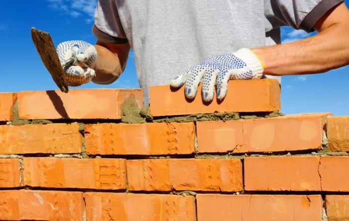 dollarphotoclub 61895876 700x444 Строитель с кирпичами   Builder with bricks