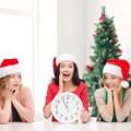 Счастливые женщины в новогодних колпаках - Happy woman in New Year's caps