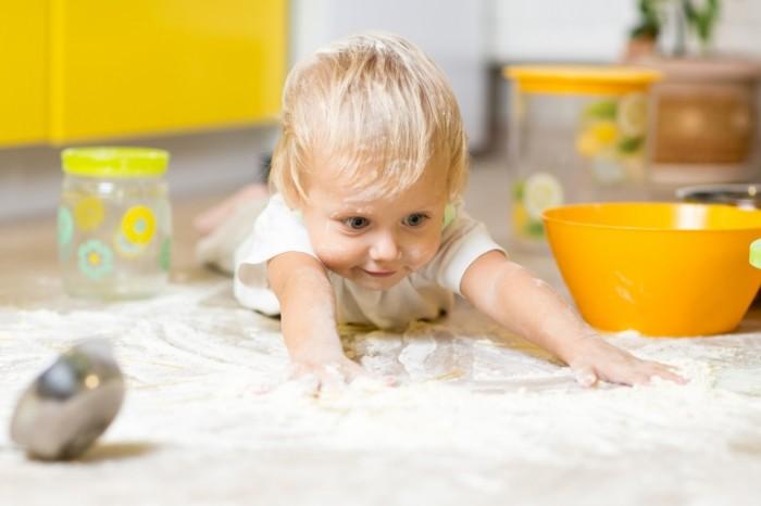 dollarphotoclub 95489056 700x466 Мальчик в муке   Boy in flour