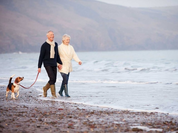 eight tips for keeping warm in winter shutterstock 204814390 700x524 Пожилая пара на прогулке   Elderly couple on a walk