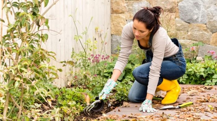 gardening today tease 1 151006 2b6e8b7e4354d91d3ca6b3a32f7caea2 700x393 Девушка в саду   Girl in the garden