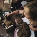 Девочка с шоколадным печеньем - Girl with chocolate biscuits