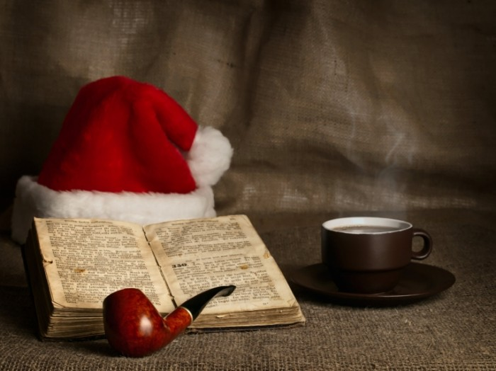rsz dollarphotoclub 27839216 santa clause and bible  700x524 Библия и новогодний колпак   Bible and the New Years cap