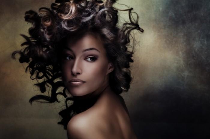 shutterstock 112301069 700x466 Кучерявая девушка   Curly girl