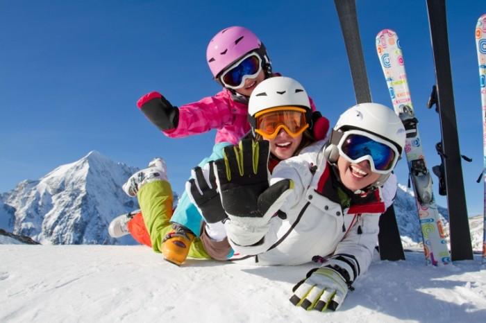 shutterstock 114381538 700x466 Семья на лыжах   Family skiing