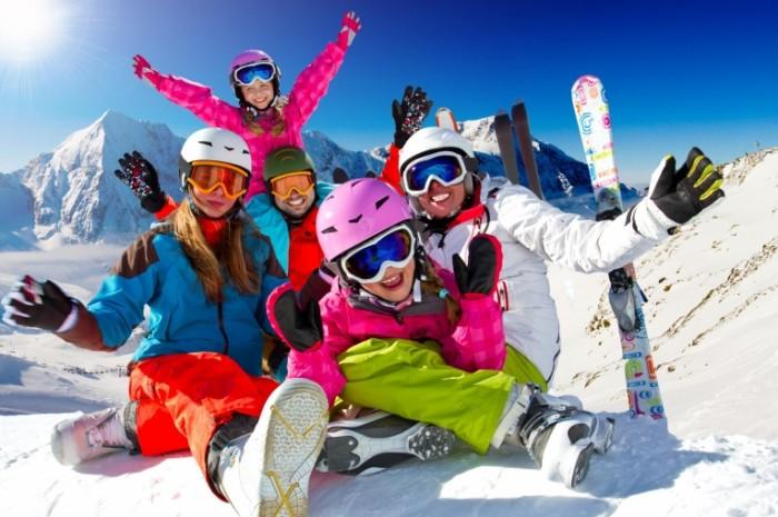 shutterstock 120085720 700x465 Семья на лыжах   Family skiing