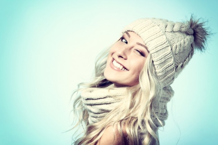 shutterstock 156783905 700x466 Девушка в шапке и шарфе   Girl in the hat and scarf