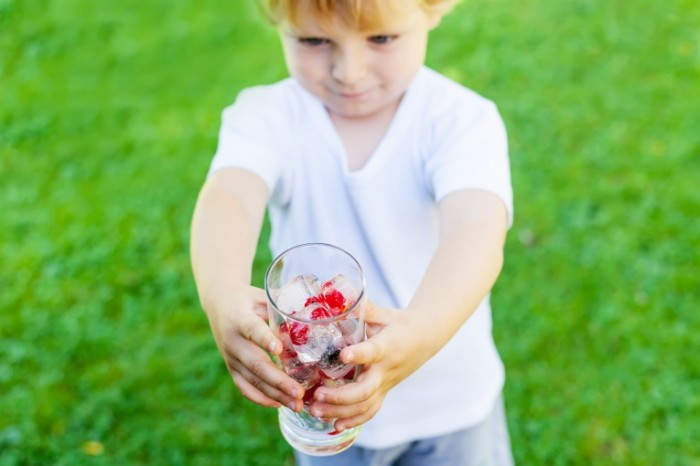 shutterstock 229481122 700x466 Мальчик со стаканом   Boy with a glass