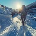 урист в горах зимой - Tourist in winter mountains