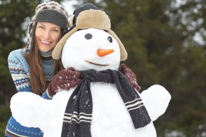 shutterstock 243586504 1 700x465 Девушка со снеговиком   Girl with snowman