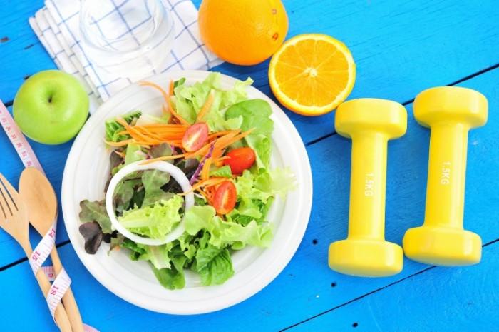 shutterstock 292985264 700x465 Здоровое питание и гантели    Healthy eating and dumbbells