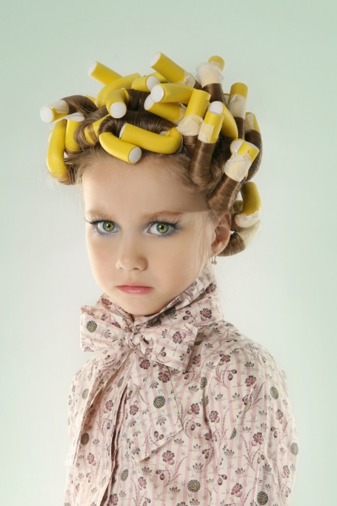 shutterstock kidwithrollers2 682x1024 Девочка с бигуди   Girl with hair curlers
