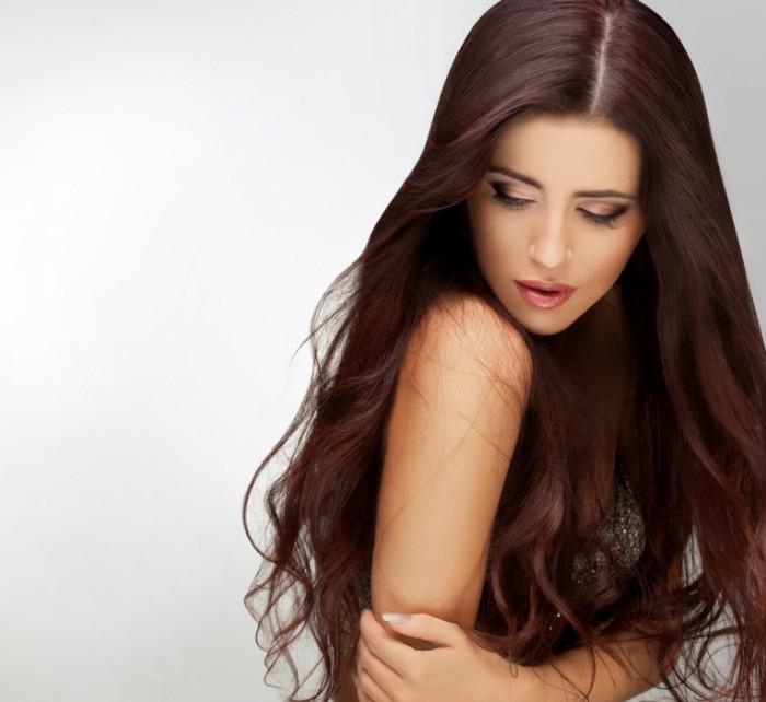 Девушка брюнетка с длинными волосами