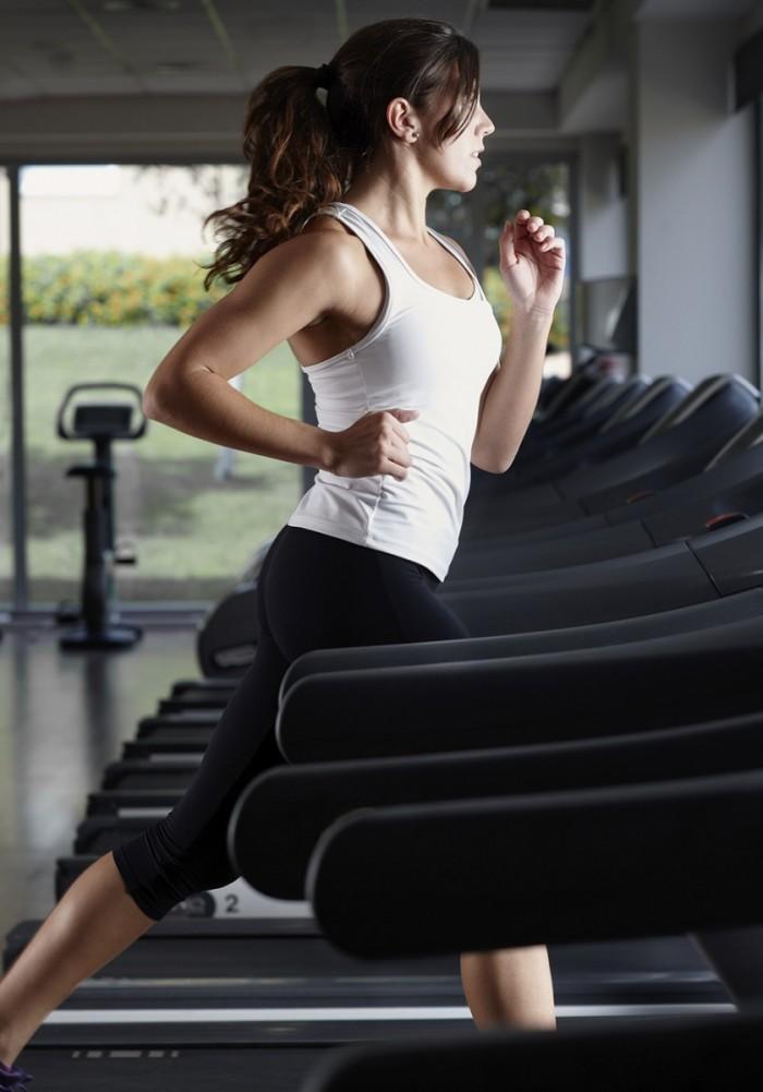 201409 beat winter slide1 949x1356 700x1001 Девушка на беговой дорожке   Girl on the treadmill