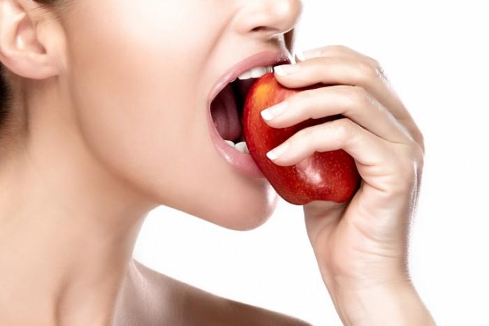 Dollarphotoclub 63382598 700x466 Девушка с яблоком   Girl with apple