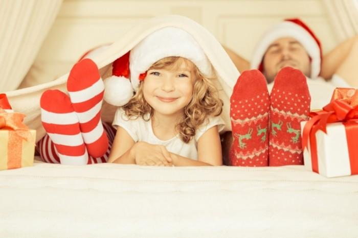 Dollarphotoclub 72396615 700x466 Семья в новогодних колпаках   Family in Christmas hats