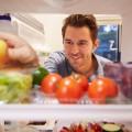 Мужчина перед холодильником - Man in front of a refrigerator