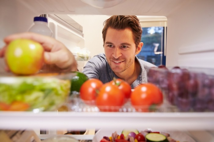 Dollarphotoclub 73909954 700x466 Мужчина перед холодильником   Man in front of a refrigerator