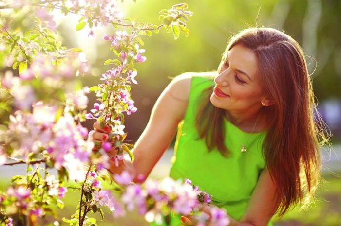 SpringGreen 700x465 Девушка в саду   Girl in the garden