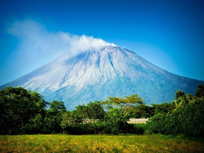 for couples who like to spend some quality time outdoors nicaragua offers all kinds of nature everything from volcanoes and mountains to beaches and rainforests theres wildlife too and the first luxury  700x524 Горы   Mountains