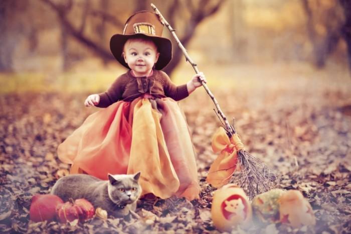 halloween girl istock 700x466 Девочка с тыквами   Girl with pumpkins