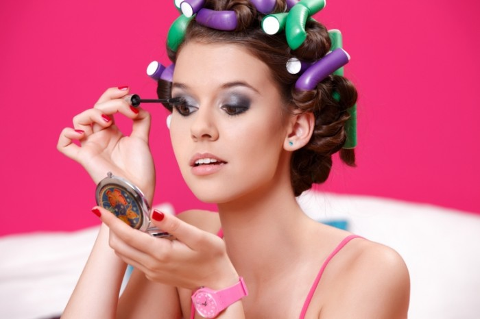 shutterstock 1048686951 700x466 Девушка с бигуди   Girl with hair curlers