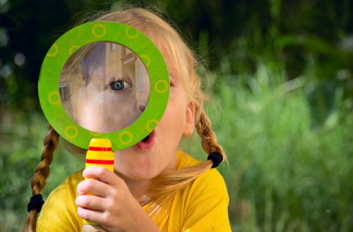 shutterstock 119480995 700x461 Девочка с лупой   Girl with a magnifying glass