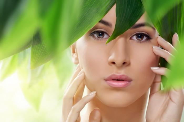shutterstock 137961353 700x464 Девушка в листьях   Girl in the leaves
