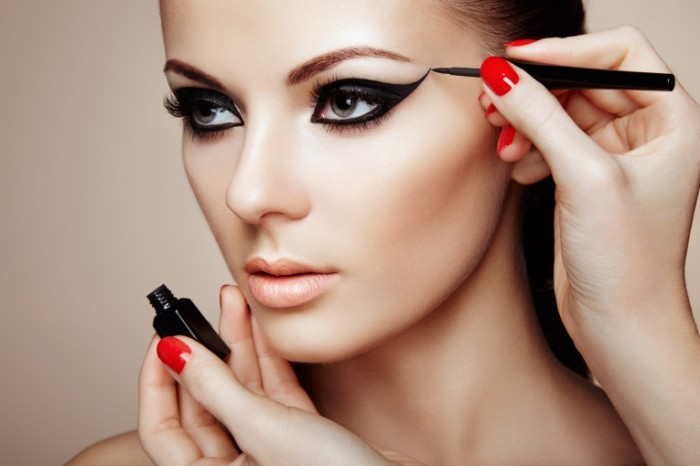 shutterstock 223153462 700x466 Девушка с макияжем   Girl with make up