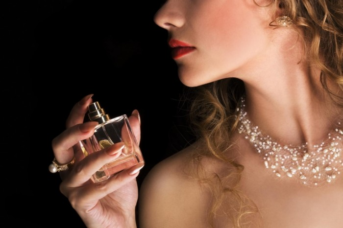 shutterstock 70176361WEB 700x466 Девушка с духами   Girl with perfume