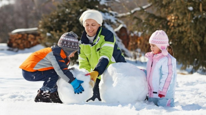 things to do over winter break 700x393 Семья со снеговиком   Family with snowman