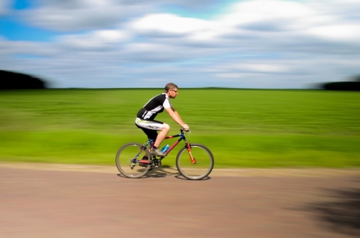 Cyclist panning license free CC0 700x464 Велосипедист   Cyclist