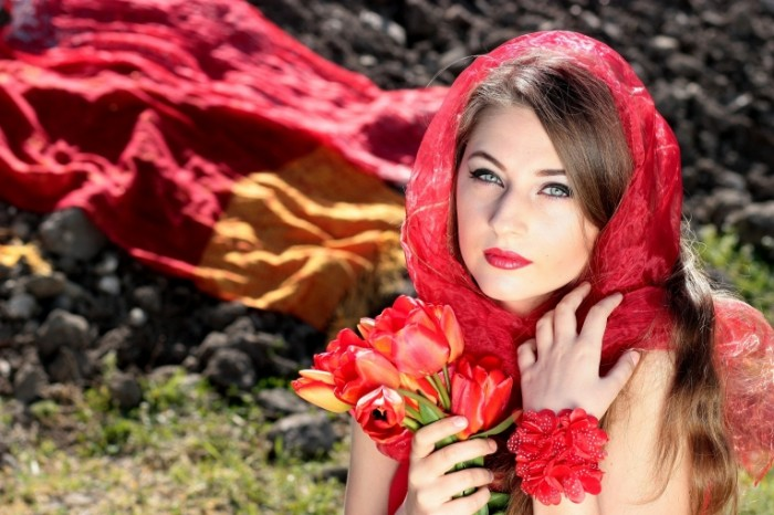girl 1308309 700x466 Girl in red   Девушка в красном