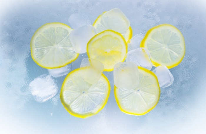 lemons 686918 700x458 Lemons with ice   Лимоны со льдом