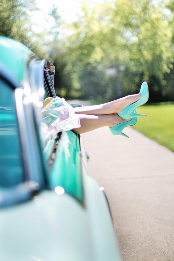 womans legs 887286 682x1024 Womans legs in auto   Ноги девушки в машине
