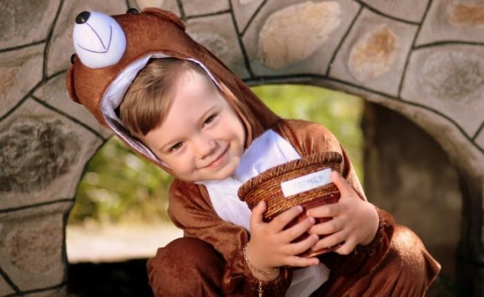 boy 13639113 700x430 Boy in bear suit   Мальчик в костюме медведя