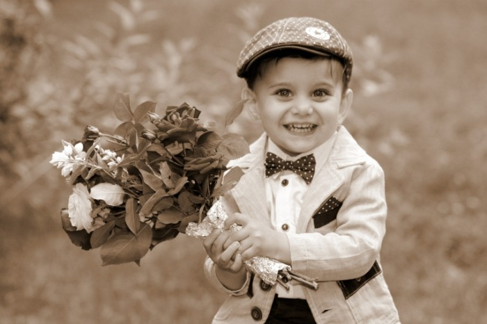 boy 13977872 700x466 Boy with flowers   Мальчик с цветами