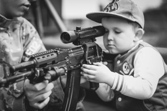 boy 958477 700x464 Boy with machine gun   Мальчик с автоматом