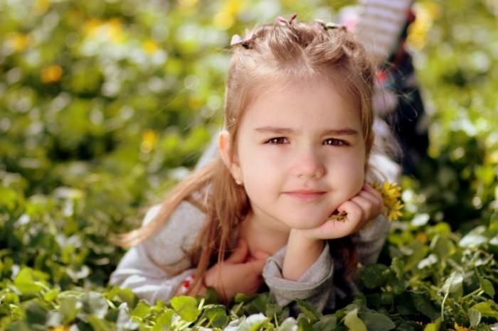 girl 12506792 700x466 Child on the grass   Ребенок на траве