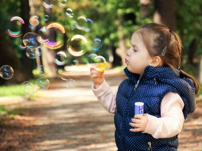 kid 12418172 700x524 Kid with bubble blower   Ребенок с мыльными пузырями