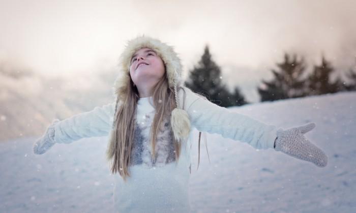 person 1207641 700x419 Girl on the winter day   Девушка в зимний день