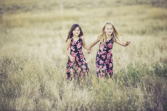 sisters 9311312 700x466 Sisters in the field   Сестры в поле